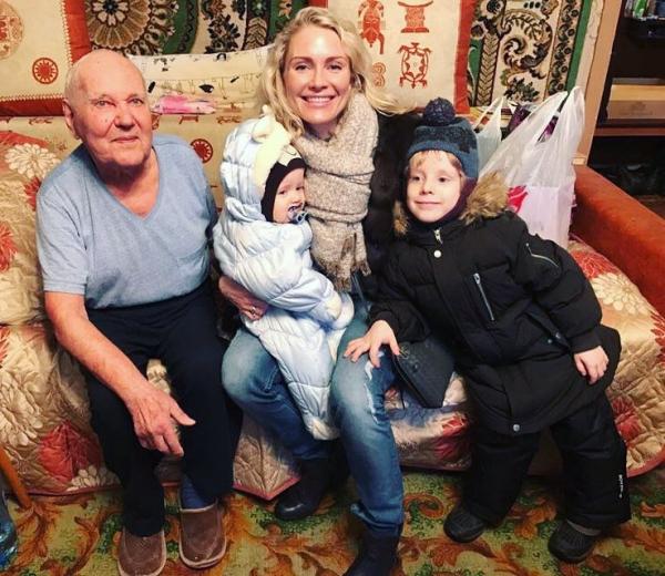 Катя с детьми и дедом