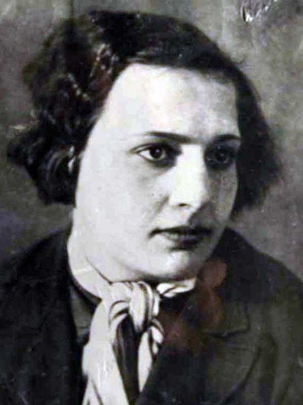 На фото: Людмила Павличенко в юности