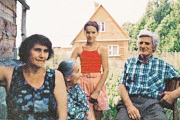 Людмила Павличенко (в центре) с сыном, невесткой и внучкой