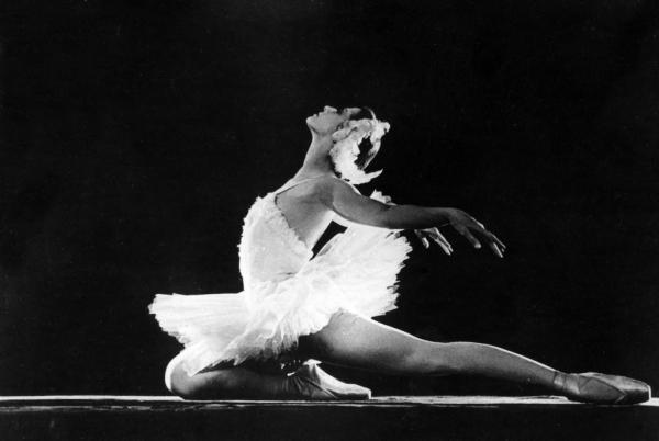 На фото: Майя Плисецкая на сцене